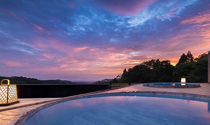 """小国富士と呼ばれる美しい""""涌蓋山""""を一望する露天風呂「桶ん湯」"""